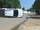 Carro colide contra outro veículo e capota em cruzamento de  Ariquemes