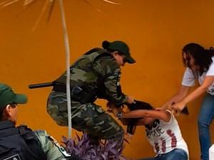 Guarda municipal puxa manifestantes pelos cabelos durante desocupação da Câmara de Natal (Foto: Advogado Daniel Pessoa)