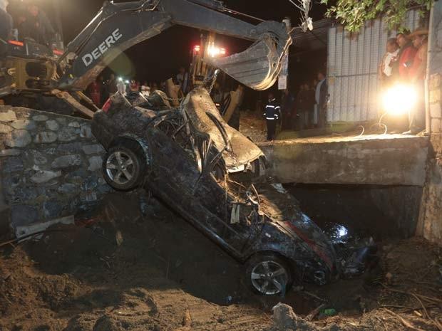 Carro foi danificado após desabamento em Huehuetlan El Grande, no México, que ocorreu na madrugada desta quinta (1º) (Foto: AFP PHOTO/Jose Castanares)