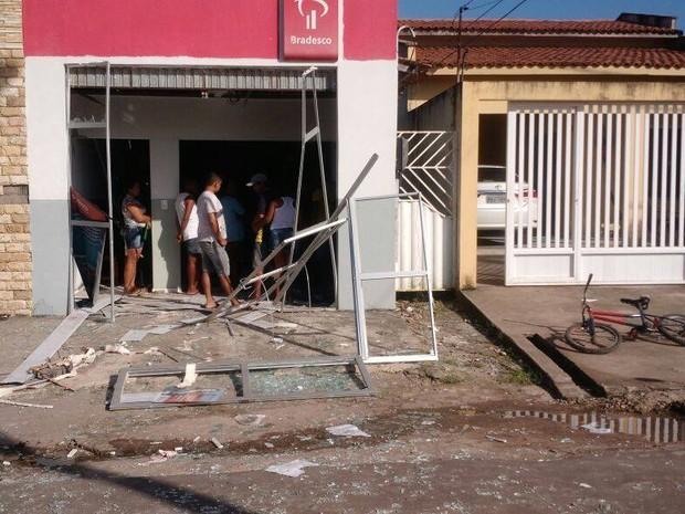 Quatro homens invadiram agência do Banco Bradesco em Amapá do Maranhão (Foto: Ronaldo Araújo)