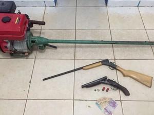 Duas armas foram apreendidas na ação policial no Rio Amazonas, próximo à Gurupá (Foto: Ascom/PM)