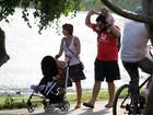 Katiuscia Canoro passeia com o filho pela orla da Lagoa, no Rio