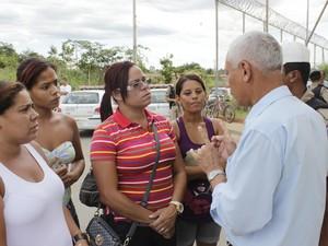 O capitão José Pedro conversou com familoiares dos detentos. (Foto: Valdivan Veloso / G1)