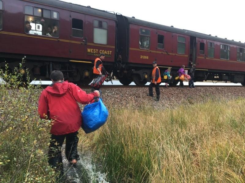 Família sendo resgatada pelo Expresso Hogwarts (Foto: Reprodução)