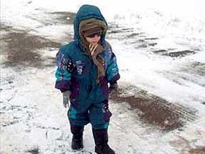 Criança caminha na neve (Foto: Ana Amaral, arquivo pessoal)