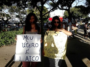 Jovens levaram cartazes para protestar contra aprovação do projeto de autoria de Eduardo Cunha (Foto: Karina Dantas/G1)