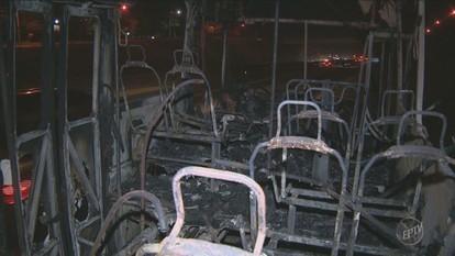 Ônibus do transporte coletivo de Campinas pega fogo na Rodovia Santos Dumont