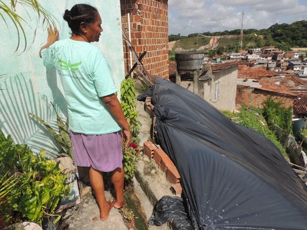 Moradora do Córrego do Jenipapo, na Zona Norte, a dona de casa Lourdes Macedo diz que, quando chove, não consegue dormir temendo um acidente (Foto: Penélope Araújo/G1)