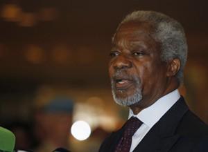 O emissário da ONU e da Liga Árabe, Kofi Annan, fala após desembarcar em Damasco, nesta segunda (28) (Foto: Khaled al-Hariri / Reuters)