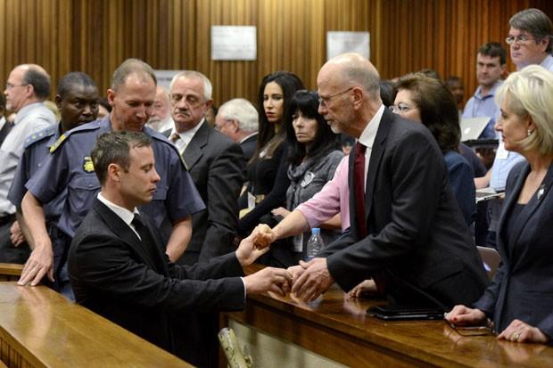 Oscar Pistorius é consolado por seus familiares após ser condenado a 5 anos de prisão nesta terça-feira (21) (Foto: Herman Verwey/Reuters)