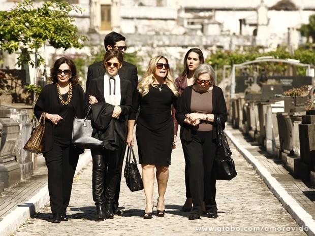 Família dá as costas para Leila - para sempre (Foto: Amor à Vida/ TV Globo)