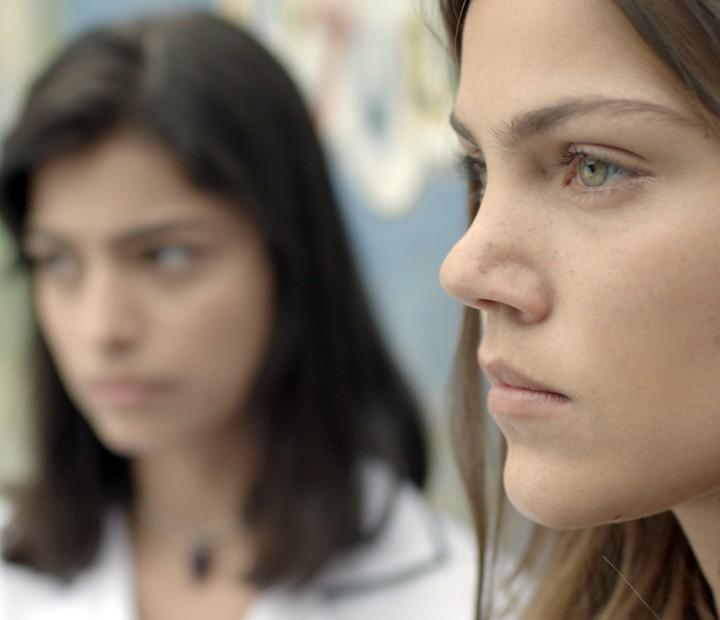 Alina é ignorada por Luan (Foto: TV Globo)