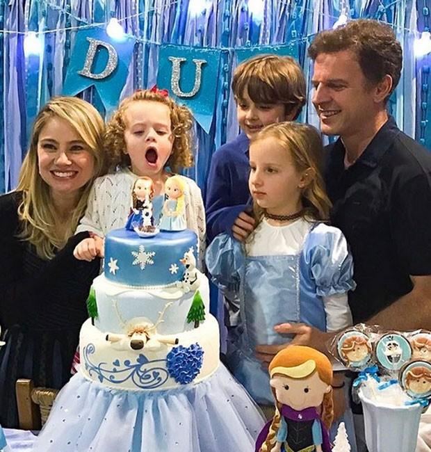 Maria Eduarda comemora aniversário com os pais, Juliana Baroni e Eduardo Moreira, e os irmãos, Catarina e Francisco (Foto: Reprodução/Instagram)