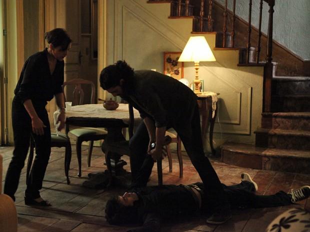 Cora quer que Jairo dê sumiço no corpo de Fernando  (Foto: Carol Caminha/Gshow)