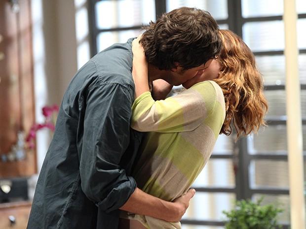 Laura não resiste e beija Caíque  (Foto: Gshow)