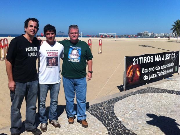 Carlos, Adriano e Santiago participaram de ato nesta sexta em Copacabana (Foto: Janaína Carvalho)