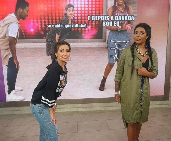 Nos bastidores, Fátima e Ludmilla se divertem com o meme do Gshow (Foto: TV Globo)