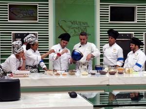 Concorrentes aprendem a fazer macarrons (Foto: Mais Você/TV Globo)