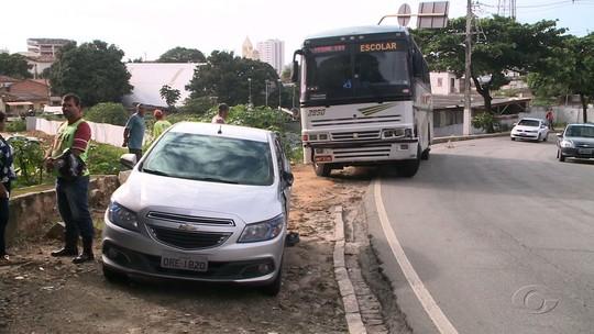 Carro e ônibus escolar colidem na Ladeira Geraldo Melo, no bairro do Farol