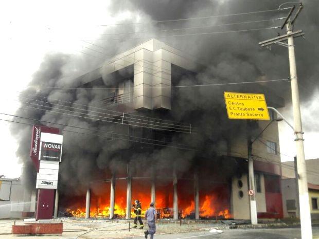 Por volta das 9h, chamas já haviam sido controladas pelos bombeiros (Foto: Edgar Rocha/TV Vanguarda)