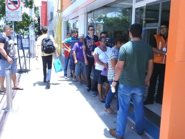 Agências abriram as portas antes do meio dia em Manaus (Foto: Ive Rylo/G1 AM)