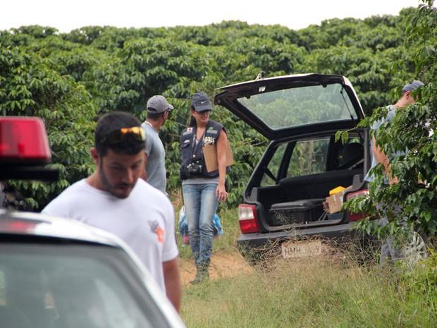 Perícia esteve no local para recolher ossada e roupas (Foto: Jéssica Balbino/ G1)