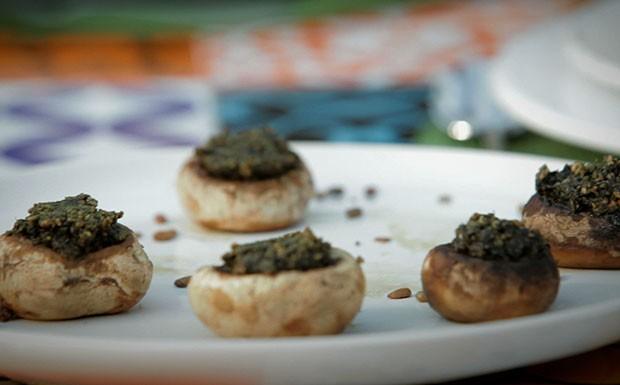 Cogumelos devem ser limpos com pano mido (Foto: Reproduo/GNT)