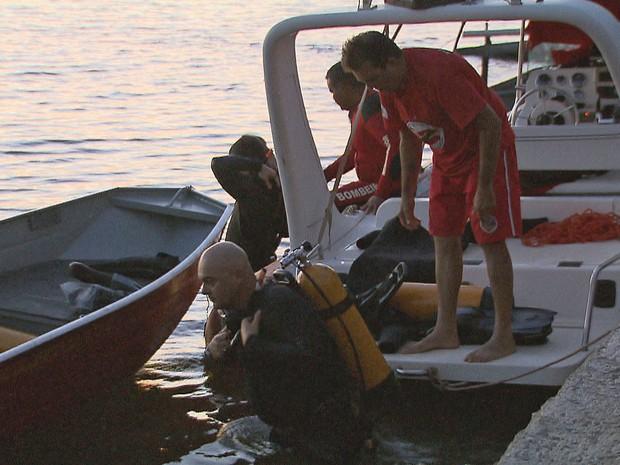 Mergulhadores procuram corpo de jovem de 21 anos que se afogou no Lago Paranoá, em Brasília (Foto: TV Globo/Reprodução)