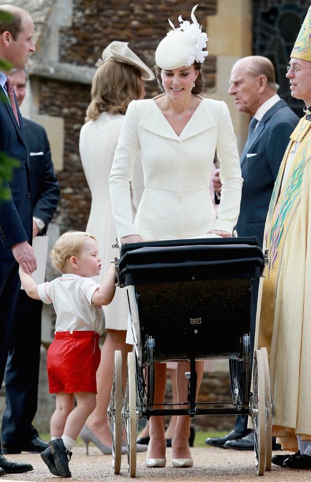 O príncipe William e a duquesa de Cambridge, Kate Middleton, apareceram pela primeira vez com seus dois filhos, o príncipe George e a princesa Charlotte, ao chegarem para o batizado da menina, realizado em uma cerimônia em Sandringham, no Reino Unido neste domingo (Foto: Matt Dunham/AP)