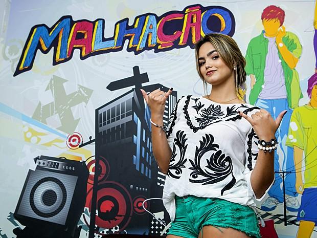 Suzanna Freitas visita os bastidores de Malhação e baba com figurino! (Foto: Inácio Moraes / Gshow)