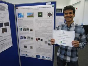 Projeto do aluno de Engenharia de Materiais foi eleito o melhor da exposição pelo conteúdo científico e organização visual (Foto: Matheus Torquato)