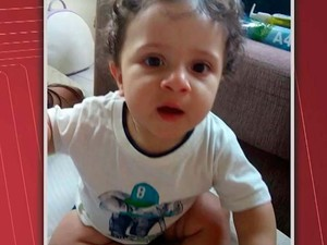 Versão dos pais diz que criança caiu do carro em movimento, polícia diz que informações são divergentes na Bahia (Foto: Imagem/TV Santa Cruz)