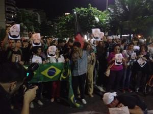 Grupo segura imagem de Cabral de cabeça para baixo (Foto: Luís Bulcão/G1)
