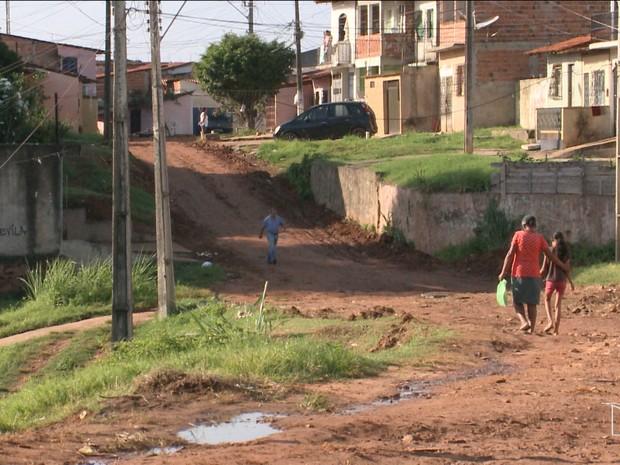 Segundo os moradores, quando chove o lugar fica intrafegável devido às más condições da via (Foto: Reprodução / TV Mirante)