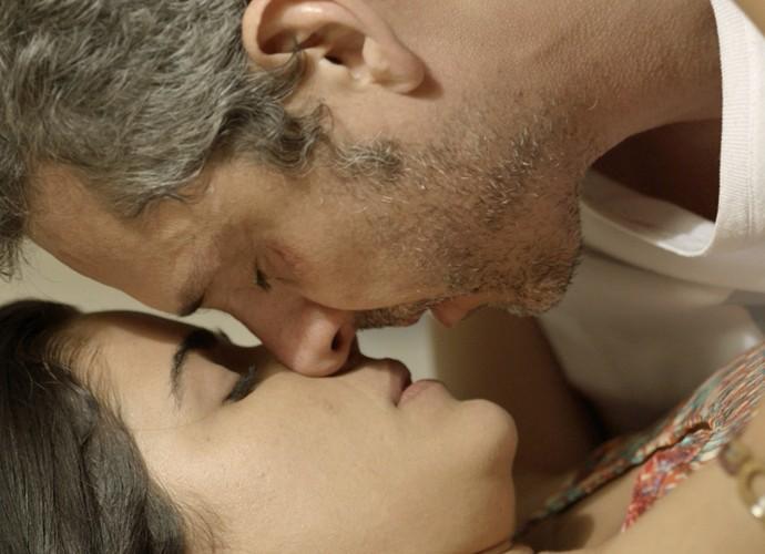 Tóia e Romero se entregam  (Foto: TV Globo)