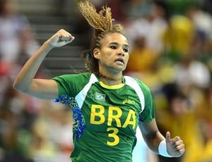Alexandra Nascimento na partida de handebol do Brasil  (Foto: AFP)