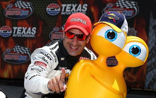 Tony Kanaan e o personagem da animação Turbo, que sonha com a Indy (Foto: Agência Getty Images)