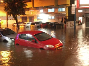 Carro fica preso em inundação em Cubatão, SP (Foto: Ivan da Conceição/ VC no G1)