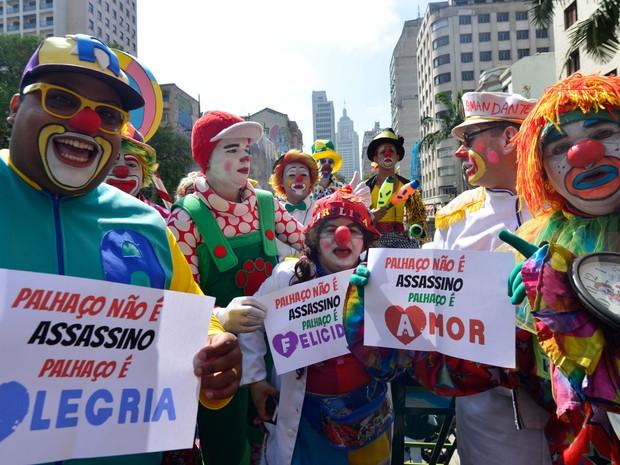 Grupo de palhaços protesta no centro velho de São Paulo, na manhã desta segunda-feira (Foto: Cris Faga/Fox Press Photo/Estadão Conteúdo)