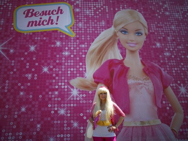 Modelo posa em frente a Casa dos Sonhos da Barbie em Berlim (Foto: Fabrizio Bensch/Reuters)