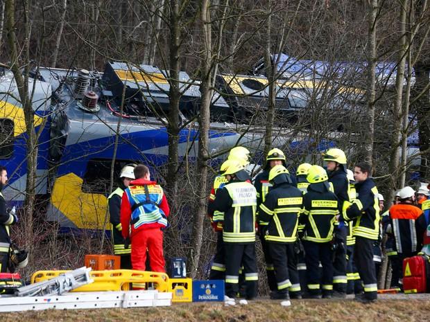 Equipes de resgate observam o acidente de trem, perto de Bad Aibling. (Foto: Reuters)