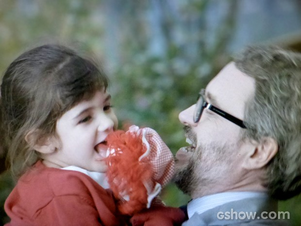 Nando trata Bia como filha (Foto: Em Família / TV Globo)