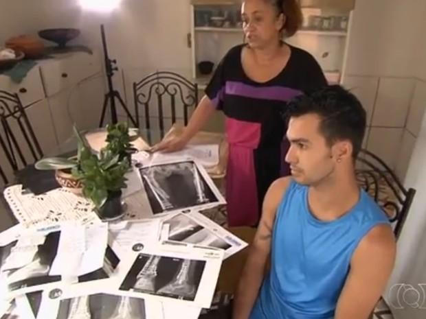 Tapeceiro está esperando por cirurgia no tornozelo há um ano Goiás Aparecida de Goiânia (Foto: Reprodução/ TV Anhanguera)