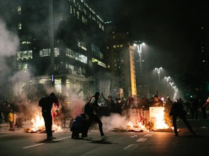 Manifestantes atearam fogo a objetos na Avenida Paulista. (Foto: Francisco Freitas/VC no G1)