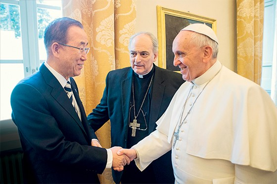 """ALIANÇA Francisco e o secretário-geral da ONU, Ban Ki-moon. Ban conta com """"a autoridade moral"""" do papa para avançar em negociações sobre o clima (Foto: L'Osservatore Romano/AP)"""