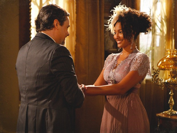Berenice se insinua para Bonifácio e pede uma casa de presente (Foto: Lado a Lado / TV Globo)