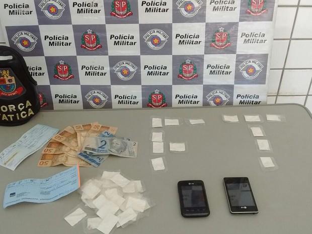 Drogas e dinheiro foram apreendidos pela polícia  (Foto: Divulgação/Polícia Militar)