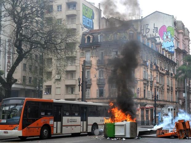 Uma cabine do transporte público é incendiada durante confronto entre polícia e membros do movimento sem teto (MTST) em ação de reintegração de posse  (Foto: Nelson Almeida/AFP)