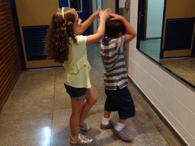 Mia brinca de mexer no cabelo de Luiz Felipe (Foto: Salve Jorge/ TV Globo)