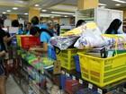 Pais lotam livrarias para compras de material escolar, em Manaus